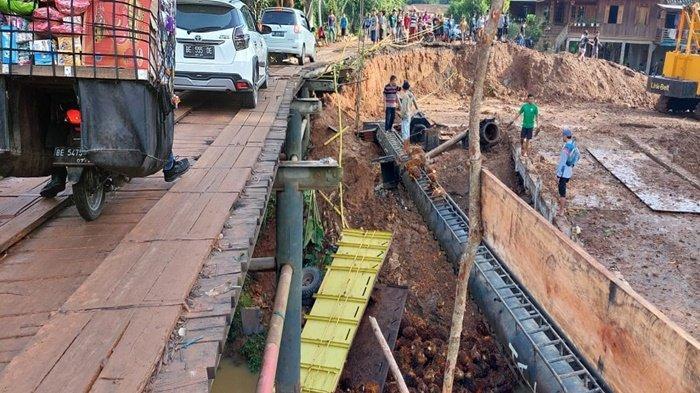 Truck Bermuatan Sawit Terjun Bebas dari Jembatan Darurat Lintas Baturaja Peninjauan