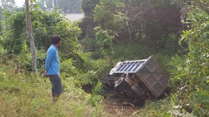 Dam Truk Bermuatan Kelapa Sawit Masuk Jurang di Jalan Lintas Sumatera Wilayah Kabupaten Muratara