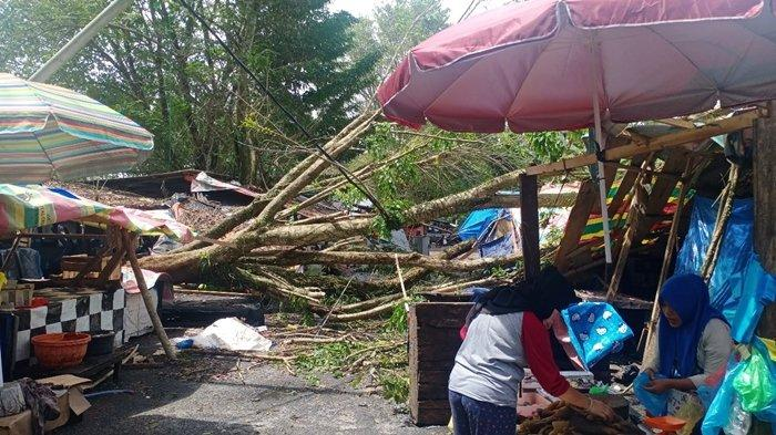 Tengah Malam Enam Kios di Pasar Saka Selabung OKU Selatan Ambruk Ditimpa Pohon Tumbang