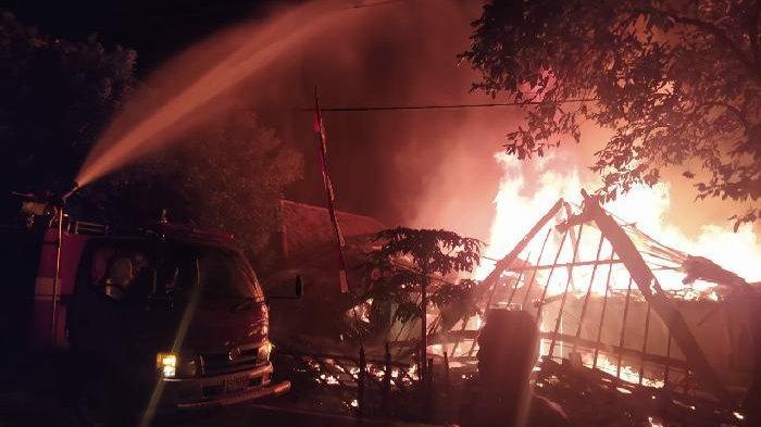 Lagi Makan Malam, Api Membakar Rumah Panggung di OKU, Uang Rp 18 Juta Jadi Abu