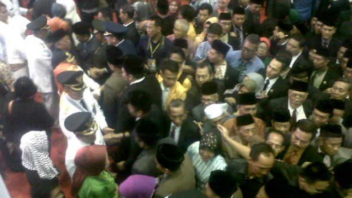 Para Tamu Memberi Ucapan Selamat kepada Bupati/Wakil yang Baru Dilantik (Foto)