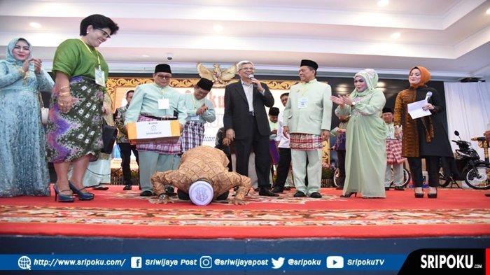 Sempat Mimpi, Sujud Syukur Ujang Warga Pemulutan OI yang Dapat Hadiah Umroh dari Wagub Mawardi Yahya