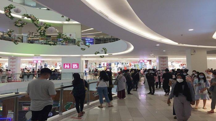 Antrian Mengular di Dalam Palembang Icon Mall Begitu Uniqlo Resmi Dibuka, Ada Promo Setengah Harga