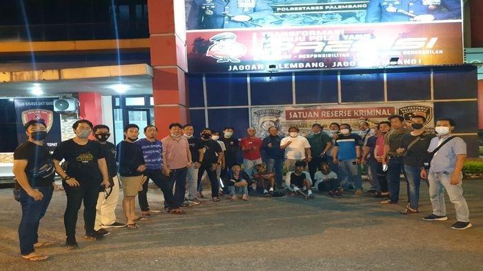 Jajaran Unit Pidum dan Tekab 134 Polrestabes Palembang, dipimpin Kasat Reskrim Kompol Edi Mulyana, dan Kanit Pidum AKP Robert Siombing, meringkus 4 pelaku penodongan di atas Ampera di dua TKP, tadi malam.