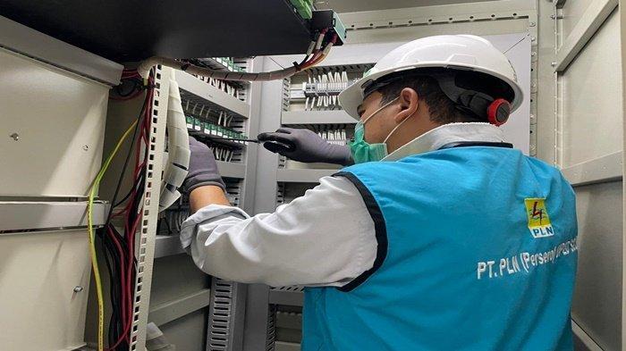 Usai berdoa, Tim PLN melaksanakan pekerjaan, Senin (23/8/2021)