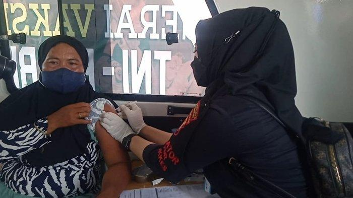 VAKSIN BERLAYAR Didominasi Ibu-ibu, Vaksinasi Covid-19 di Pulokerto Palembang Dilakukan di Kapal