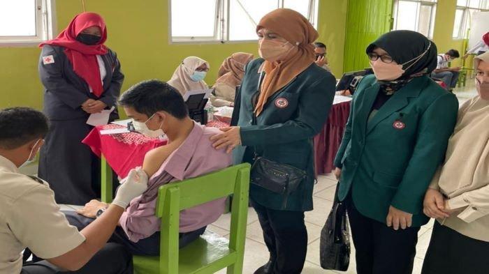 Bantu Percepat Capaian Vaksinasi Untuk Pelajaran, IDI Sumsel Gelar Vaksinasi di SMAN 18 Palembang