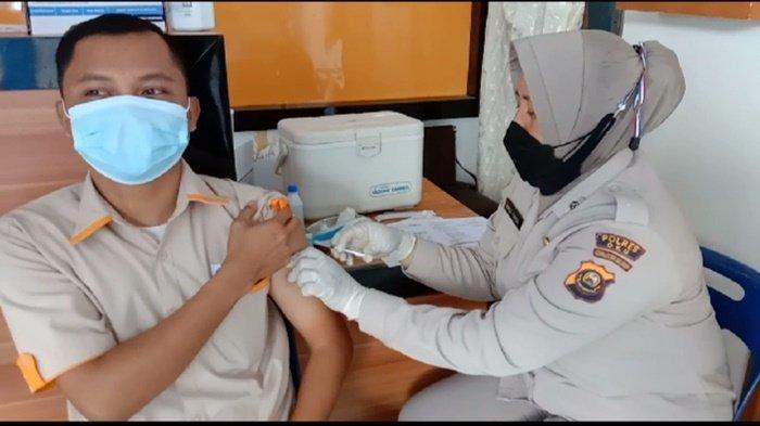 Ratusan Warga Vaksinasi Covid -19di KlinikPolres OKU