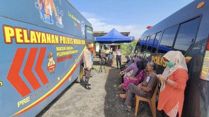 Wakapolres Muaraenim Pimpin Vaksinasi Covid-19 Door to Door di Lawang Kidul, Nenek Ini Sumringah