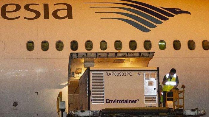 Petugas menurunkan kontainer berisi vaksin COVID-19 saat tiba di Bandara Soekarno-Hatta, tangerang, Banten, Minggu (6/12/2020). Sebanyak 1,2 juta dosis vaksin COVID-19 buatan perusahaan farmasi Sinovac, China, tiba di tanah air untuk selanjutnya akan diproses lebih lanjut ke Bio Farma selaku BUMN produsen vaksin.