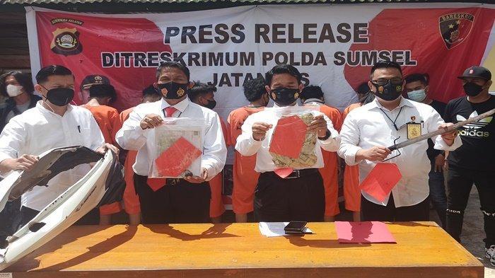 Wadir Krimum Polda Sumsel, AKBP Tulus Sinaga (tengah) didampingi Kasubdit 3 Jatanras Kompol Christoper Panjaitan (kiri) dan Kanit 1 AKP Willy Oscar (kanan) saat gelar rilis tangkapan kawanan begal di Palembang