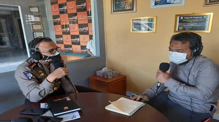 Wadir Lantas Polda Sumsel AKBP Sigit adiwuryanto saat Talk Show diradio Sriwijaya 94,3 FM, Jumat (7/5/2021)