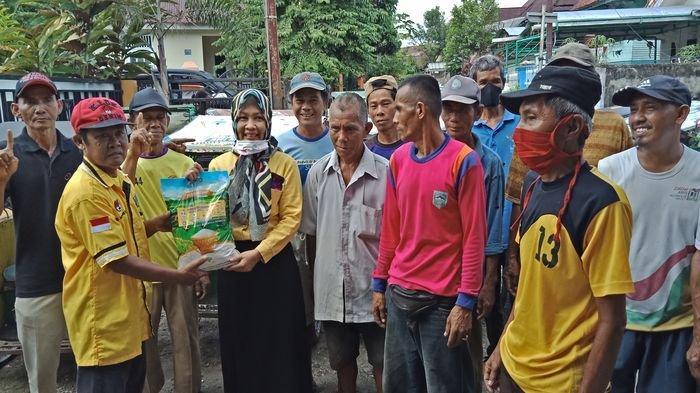 Wakil Ketua DPRD Lahat Ini Bagikan Beras Kepada Ratusan Tukang Becak, Sejak Covid-19 Penumpang Sepi