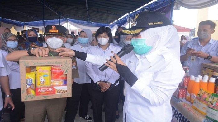 Wakil Walikota Palembang, Fitrianti Agustinda bersama Satpol PP memperlihatkan barang di pasar bazar