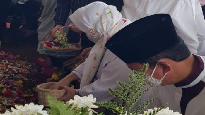Walikota Palembang dan Istri Hadiri Pemakaman Percha Leanpuri, 'Dulu Dia Sering Panggil Saya Om'