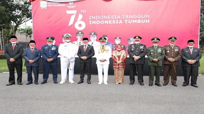 Walikota Palembang H Harnojoyo berfoto bersama Forkopimda usai melaksanakan upacara bendera di puncak HUT RI ke-76, Selasa (17/8/2021) di rumah dinas Walikota Palembang Jalan Tasik.