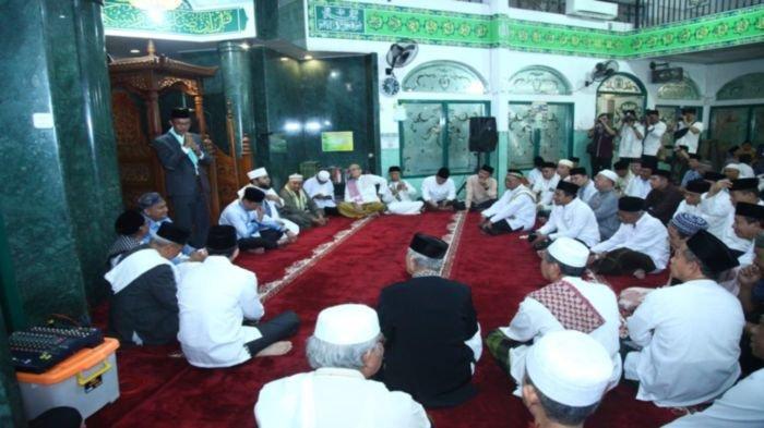 walikota-palembang-harnojoyo-dan-masyarakat-jemaah-sholat-subuh-di-masjid-muawanah.jpg