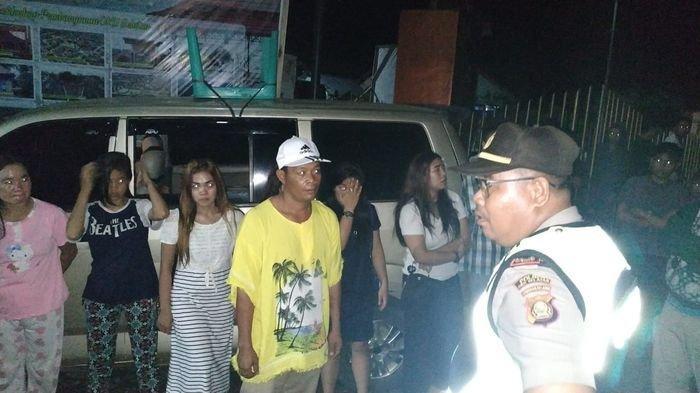 Belasan Wanita dari Baturaja Membawa Puluhan Botol Miras Hendak ke Pesta Terjaring Razia Polisi