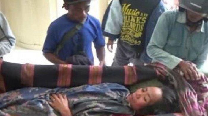 Wanita Lumpuh Ini Ditandu 6 Km Menuju Rumah Sakit, Lintasi Pegunungan Terjal, Jalan Licin & Berkelok