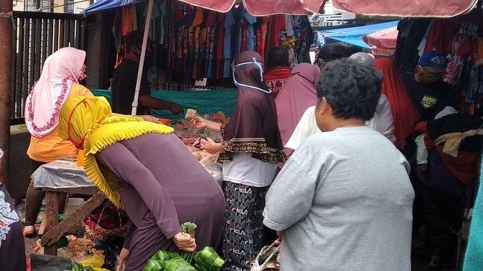Sebagian tak Memakai Masker, Warga Palembang Berdesakan di Pasar Beli Kebutuhan Lebaran Idul Fitri