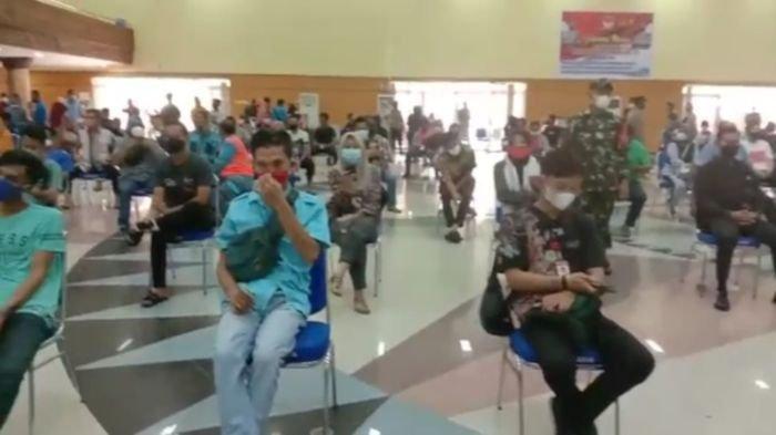 Warga Kabupaten OKU Provinsi Sumatera Selatan antre menunggu giliran divaksin covid-19, Sabtu (26/6/2021).