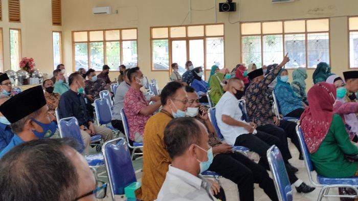 Warga Kecamatan Sukarami Palembang menyampaikan aspirasinya kepada anggota DPRD Dapil II Kota Palembang di kantor kecamatan, Kamis (8/4/2021).
