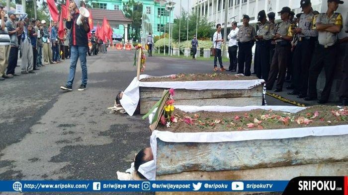 Dua Makam Sengaja Diletakkan di Halaman Kantor Gubernur Sumsel, Warga Komering Tuntut Keadilan