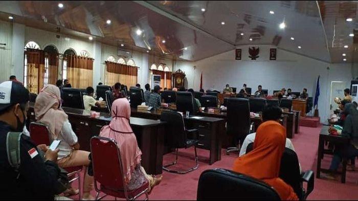 Merasa Bantuan Sosial Dampak Covid-19 tidak Merata, Warga Desa Kota Baru Datangi Kantor DPRD PALI