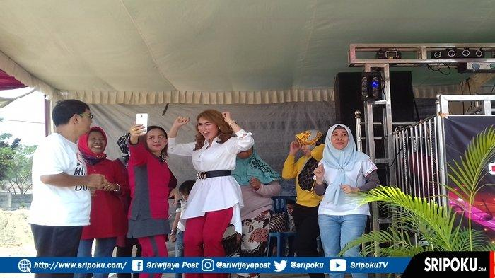 Artis Ibukota Shella O Pulang Kampung, Hibur Warga Perumahan Center Park Palembang