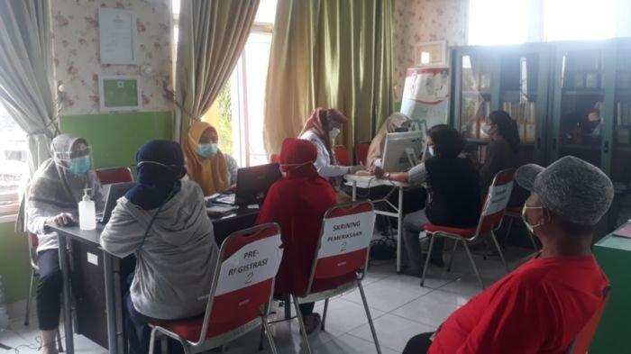 Sejak Pukul 05.00 WIB Ratusan Warga Kota Palembang Antre Vaksinasi Gratis Covid-19 di Puskesmas Sako