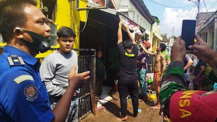 Kebakaran Warung Bakso di Sako Palembang, Mobil Pemadam Terhalang Portal Jalan, Seorang Petugas Luka