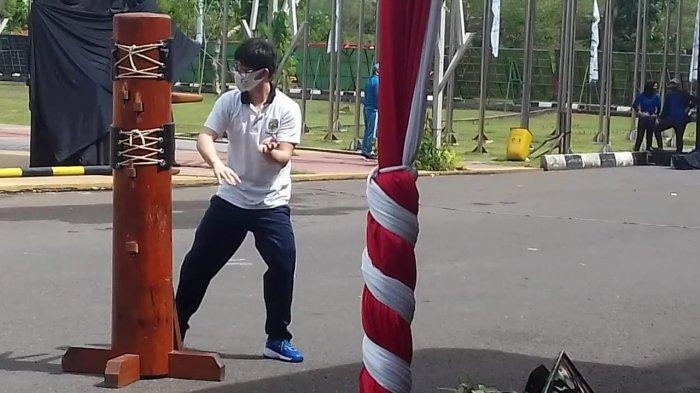William Hendri atlet Cabor AKTI (Aliansi Kungfu Tradisional Indonesia) melakukan atraksi bela diri kungfu Wingchun usai dirinya menerima penghargaan olahraga dari Gubernur Sumsel pada Peringatan Haornas XXXVII Tahun 2020 di Plaza Stadion Gelora Sriwijaya Jakabaring, Rabu (9/9/2020).