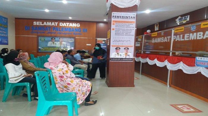 Hari Ini Berlaku Bayar Pajak By Name By Adress, Faktanya Warga Masih Menumpuk di Samsat I Palembang