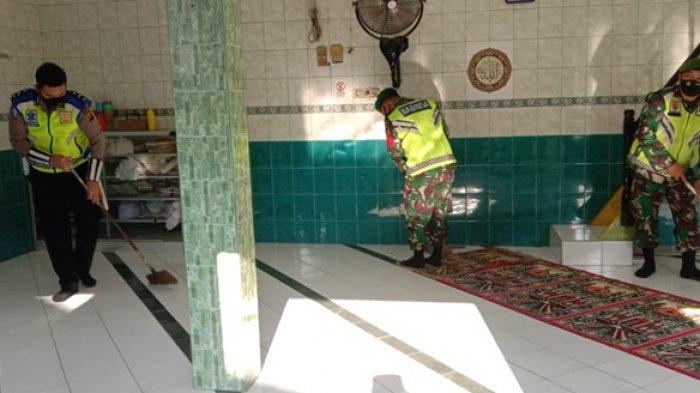 Babinsa Koramil Sukarami Bersih Bersih Masjid