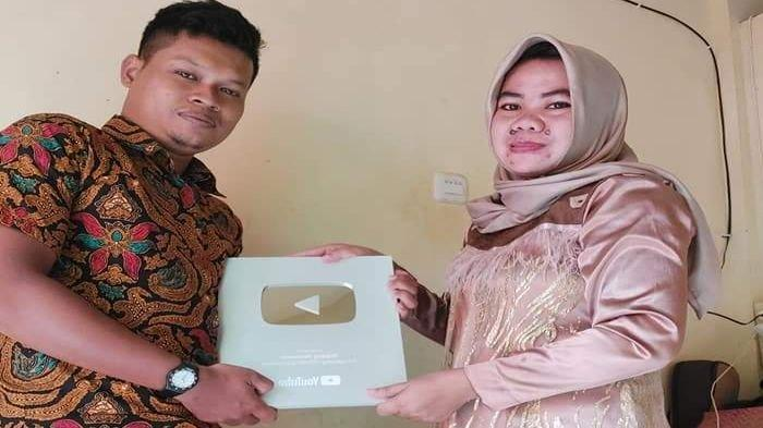 Rajin Unggah Lagu Daerah di Youtube, Penyanyi Panggung Asal Sekayu Muba Dapatkan Silver Play Button