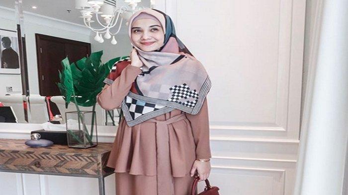 Sering Tampil Sederhana Dengan Hijabnya, Harga Blezer Zaskia Sungkar Ini Bikin Melongo, Fantastis
