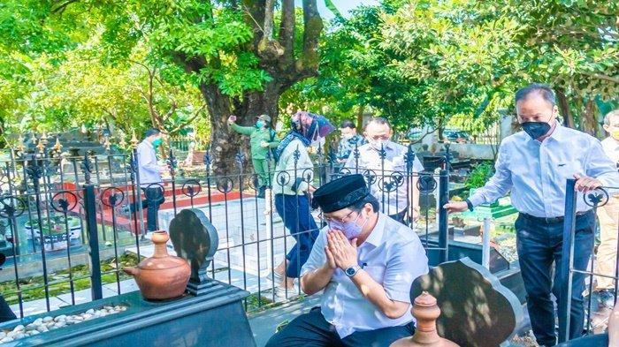 Menko Perekonomian Airlangga Hartarto, yang akan menghadiri sejumlah acara di Kota Surakarta, menyempatkan diri berziarah ke Komplek Pemakaman Astana Oetara, Surakarta, Jumat (18/6).