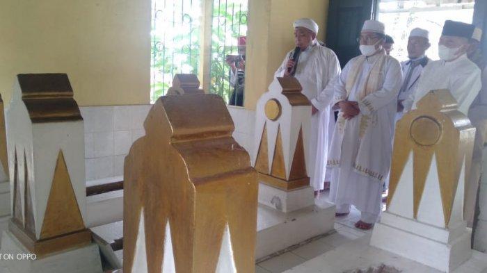 TOKOH AGAMA - Ziarah Sultan Mahmud Badaruddin IV, Djayo Wikramo, RM Fauwaz Diraja SH Mkn bersama tokoh agama dan masyarakat  ke komplek pemakaman sultan-sultan di Palembang, Jumat (26/2/2021). (SRIPOKU.COM/MAYA CITRA ROSA)