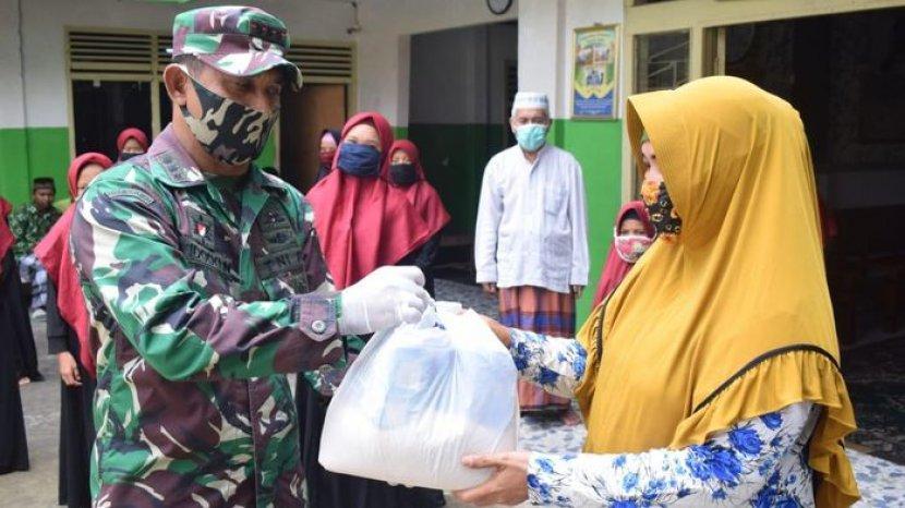 dandim-0418-palembang-kolonel-arm-widodo-noercahyo-membagikan-paket-sembako.jpg