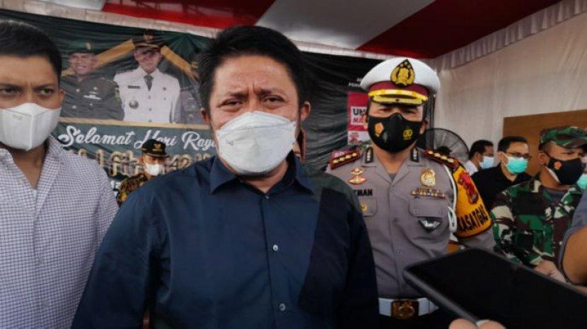gubernur-sumatera-selatan-herman-deru-menjawab-pertanyaan-wartawan-3938.jpg