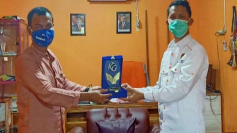 ketua-kpu-musirawas-anasta-tias-secara-simbolis-menerima-penghargaan-kg-award.jpg
