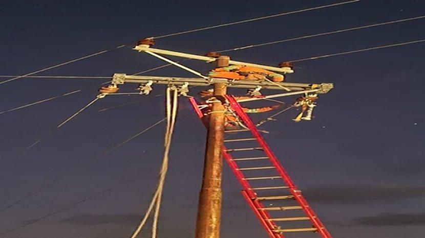 tampak-pegawai-pln-sedang-berjibaku-dengan-aliran-listrik-demi-kenyamanan-penerangan-bagi-masyarakat.jpg