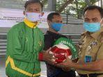 17-klub-sepak-bola-di-muba-terima-bantuan-bola-program-sejuta-bila-gubernur-sumsel.jpg