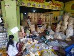 aktivitas-pembeli-dan-penjual-di-toko-kerupuk-dan-kemplang-mangdin-679.jpg