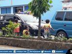 anak-anak-sedang-mengamen-di-simpang-kenanga-ii-lintas.jpg