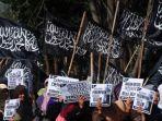 anggota-hizbut-tahrir-indonesia-menolak_20170513_121755.jpg