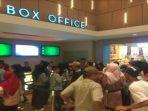 antre-panjang-tiket-nonton-bioskop-di-cinema-xxi-palembang-square_20180619_171205.jpg