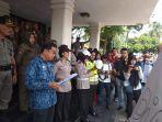 asisten-walikota-palembang-sulaiman-mendatangi-masa-demonstrasi-di-depan-kantor-walikota-palembang.jpg