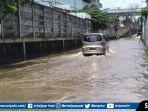 banjir-di-jalan-letjen-harun-sohar-palembang.jpg