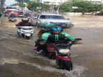 banjir-palembang-pengendara-terpaksa-terobos-banjir.jpg